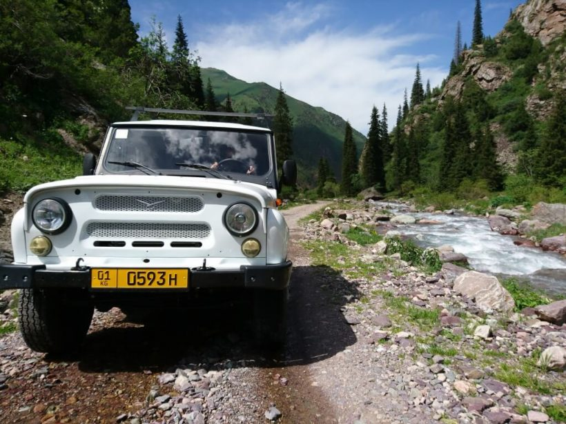 close up jeep on a rocky silk road track